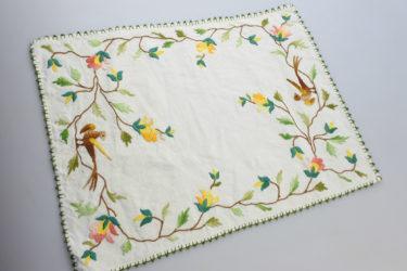 鳥と花の刺繍*コットンリネン(綿麻)のランチョンマット/カリフォルニアの蚤の市購入